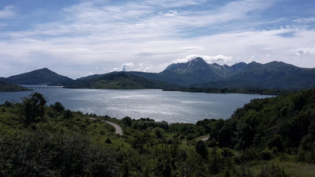 H Il lago di Campotosto con il ponte delle Stecche