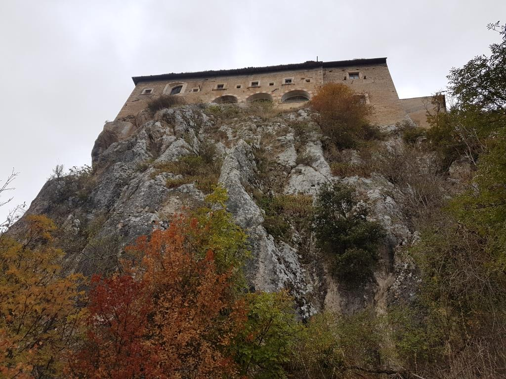 c l'imponente placconata dove sorge il monastero
