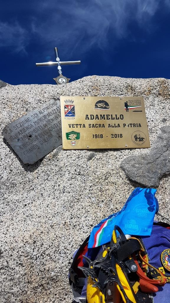 ab Sulla cima è installata una piccola croce montata su un cavalletto con la fotografia di Giacomo Comincioli, eroe camuno. Questa sorregge anche una campanella_ sotto la croce si trov(2)