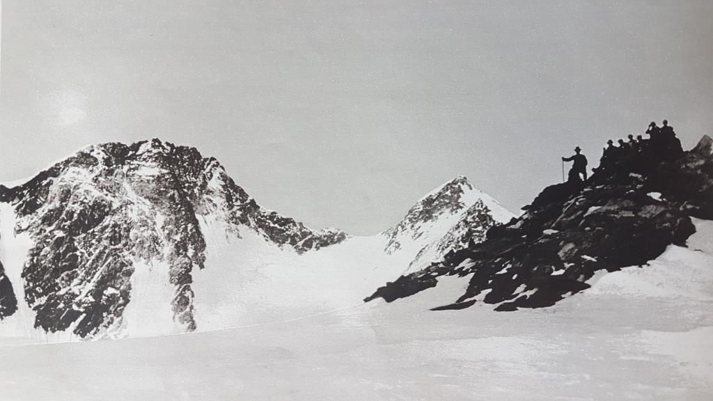b Immagine dei primi del Novecento con un gruppo di alpinisti gressonari sulla Roccia della Scoperta (foto Valentin Curta archivio Curta Guidani Gressoney)