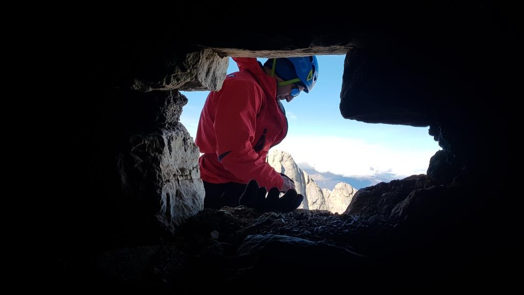 d A metà del '900, quando l'alpinismo sul Gran Sasso cominciava l'era del 5° alcuni scalatori tra i quali Andrea Bafile, nipote della M.d.V.M, pensarono di costruire un ripar