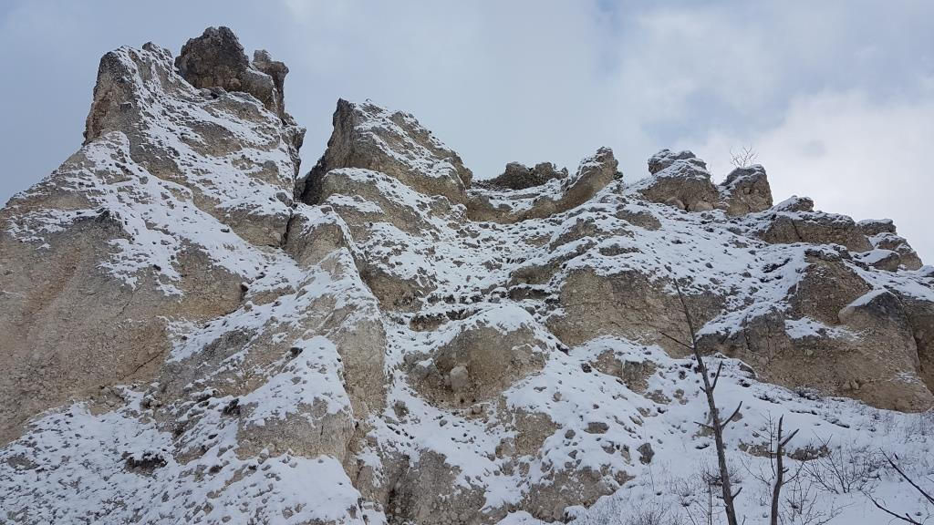 """a La cosiddetta """"Lamata"""" residui rocciosi, particolarmente bianchi, rivenienti da crolli, da spacchi e da erosioni eoliche"""