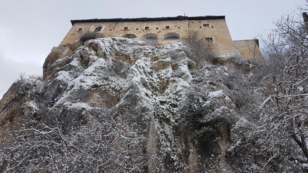 b La grande placconata che sorregge il Convento di Sant'Angelo d'Ocre 800slm