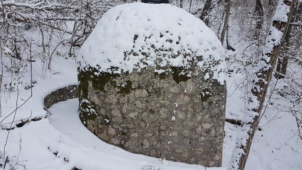 c La sorgente di Ocre che immette l'acqua nell'Acquedotto a pietre maschiettate che un tempo (forse) irrorava la Città di Aveja