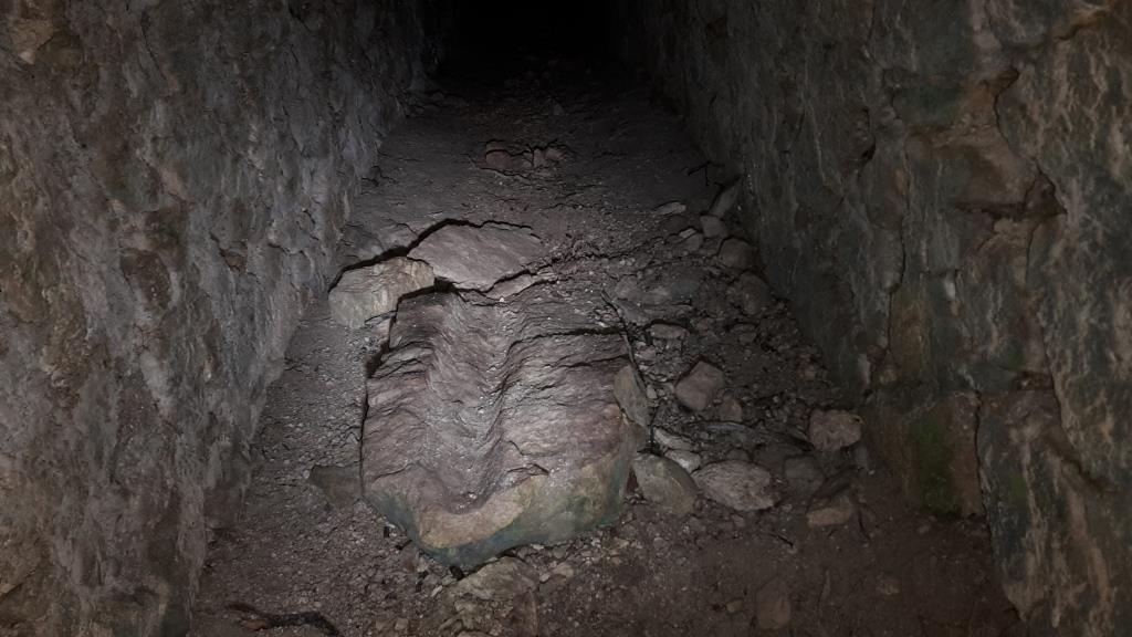 c L'interno dell'acquedotto a pietre maschiettate