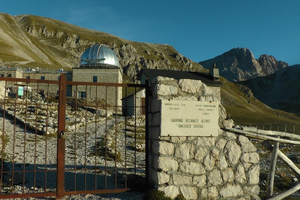 Il Giardino Alpino e sullo sfondo il Corno Grande