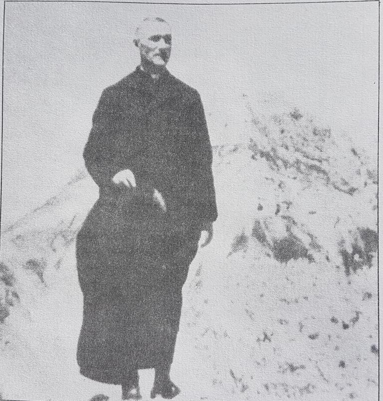 Il Cardinale Confalonieri nei pressi del Rifugio Duca degli Abruzzi alle spalle è riconoscibile il Pizzo d'Intermesoli